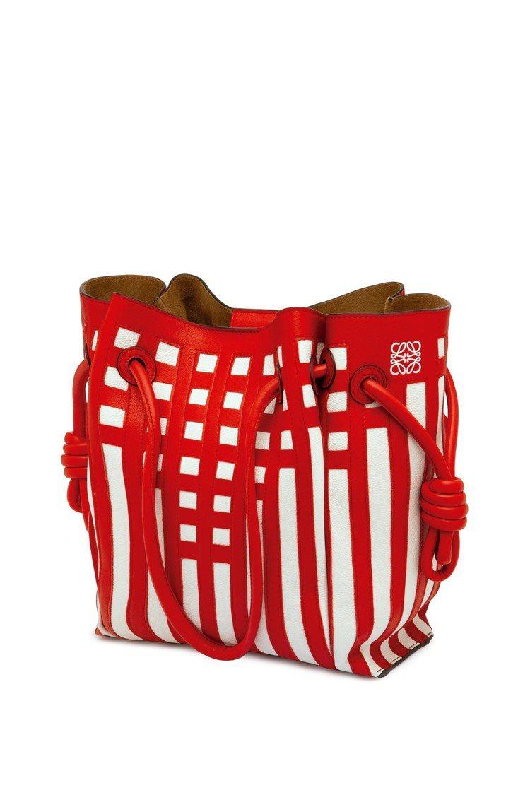 LOEWE耶誕節Mackintosh系列皮革流蘇托特包,價格店洽。圖/LOEWE...