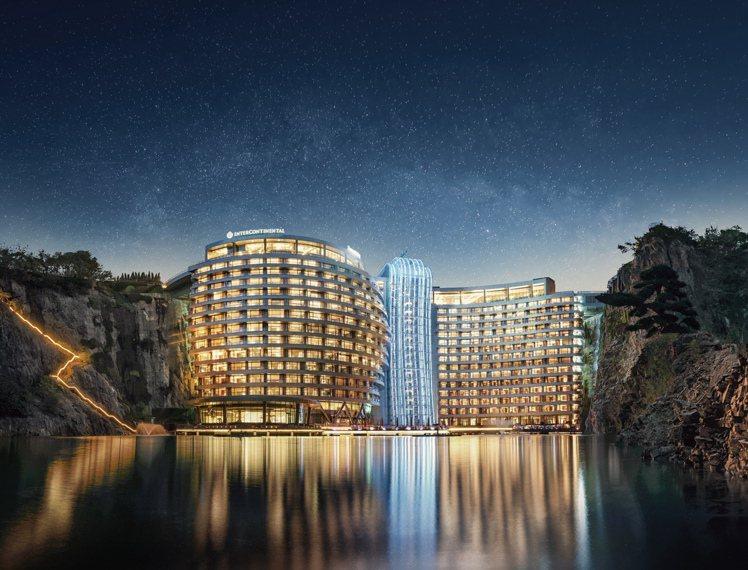上海佘山世茂洲際酒店又稱深坑酒店,是近期中國紅火的奇景酒店。圖/業者提供