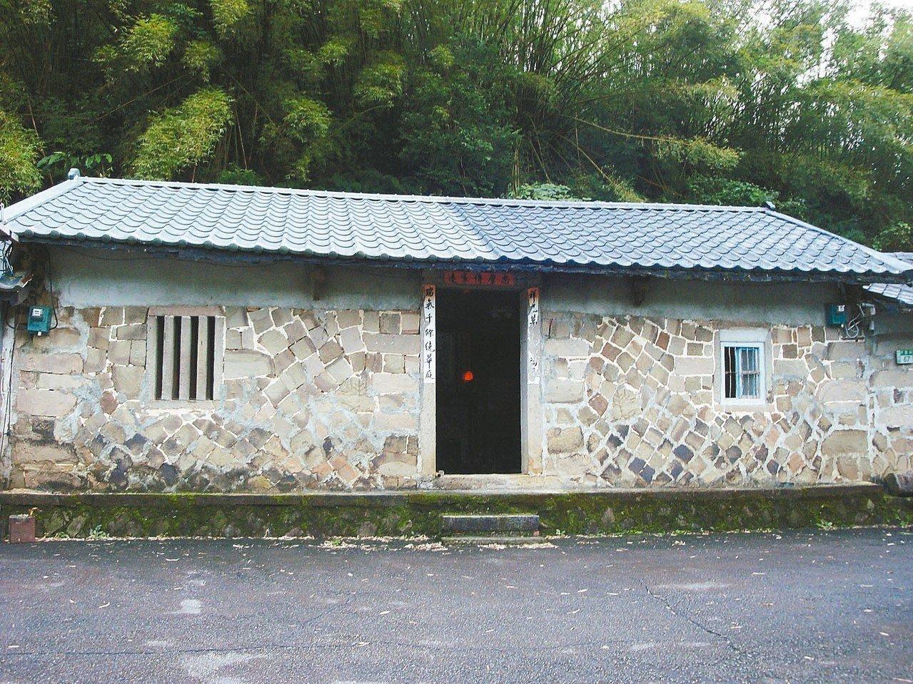 紫東社區有建於清朝、屋齡超過180年的石頭屋,目前保存完整有十多戶。 圖/新北市...