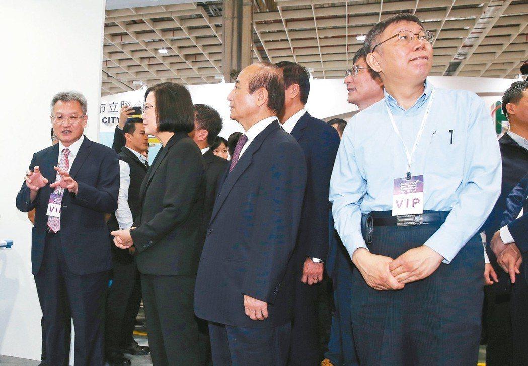 總統蔡英文(左二)、台北市長柯文哲(右一)昨出席台灣醫療科技展,蔡總統被問到選後...