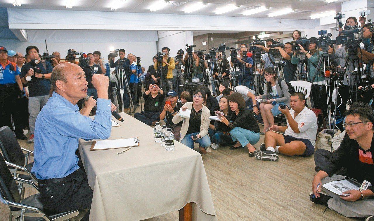 高雄市長當選人韓國瑜(左)昨天首度在高雄公開露面,並舉行記者會。 記者劉學聖/攝...