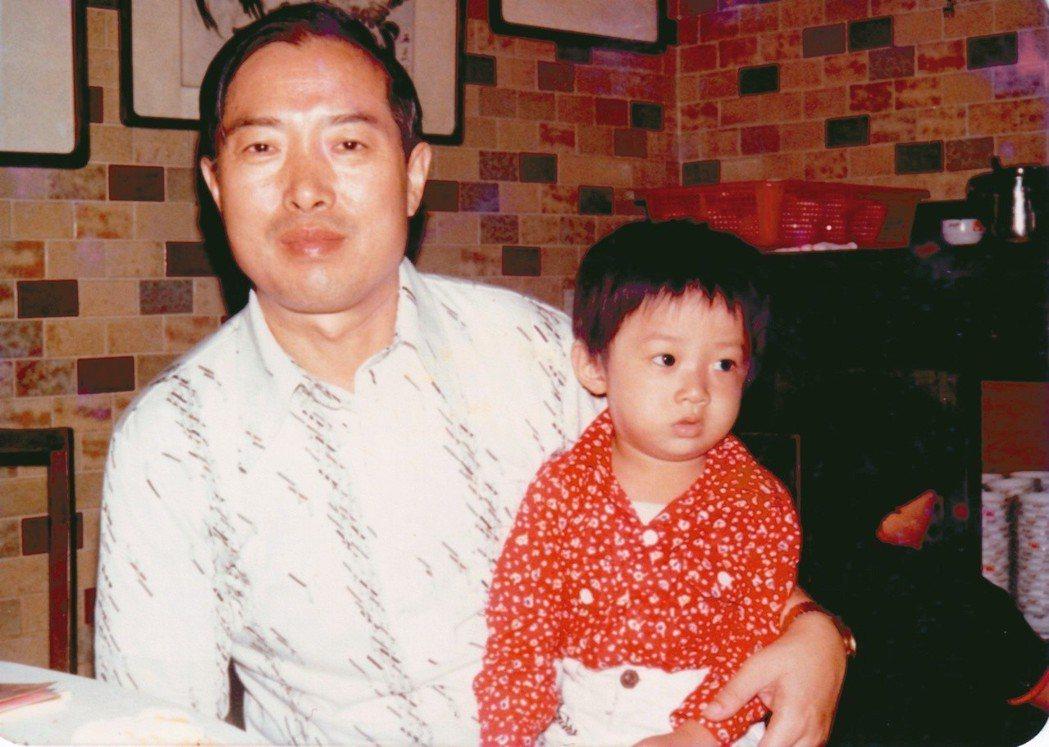 童年張維中和他的父親。張維中:因為他總是掌鏡的人,所以回想起來,小時候跟他兩個人...