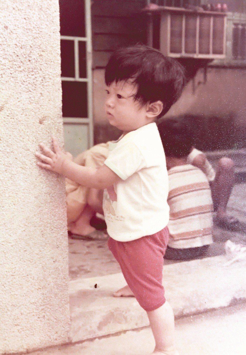 張維中說,從小身邊即使有其他小孩子,也全跟我年紀有差距,玩不起來。只好一個人扶牆...
