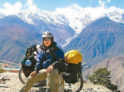 謝旺霖於梅里群山前的留影,後方最高的峰頂是卡瓦格博峰6740公尺。(圖/謝旺霖提...