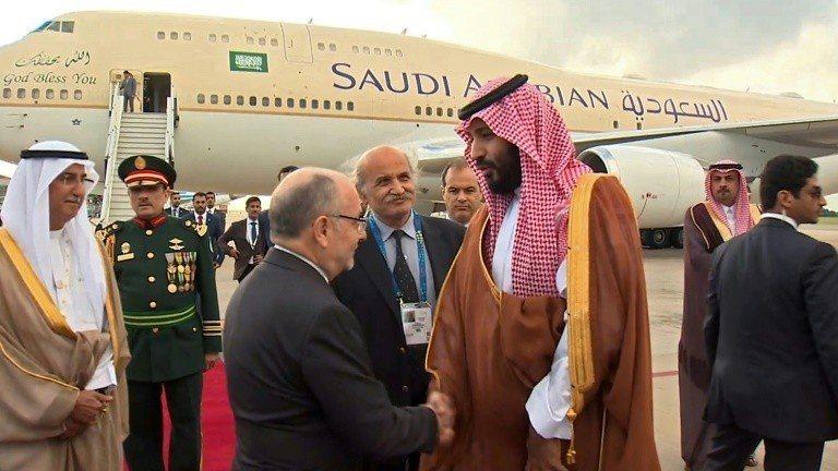 阿根廷外長福列(左)28日在機場歡迎參加G20的沙國王儲穆罕默德。 (法新社)