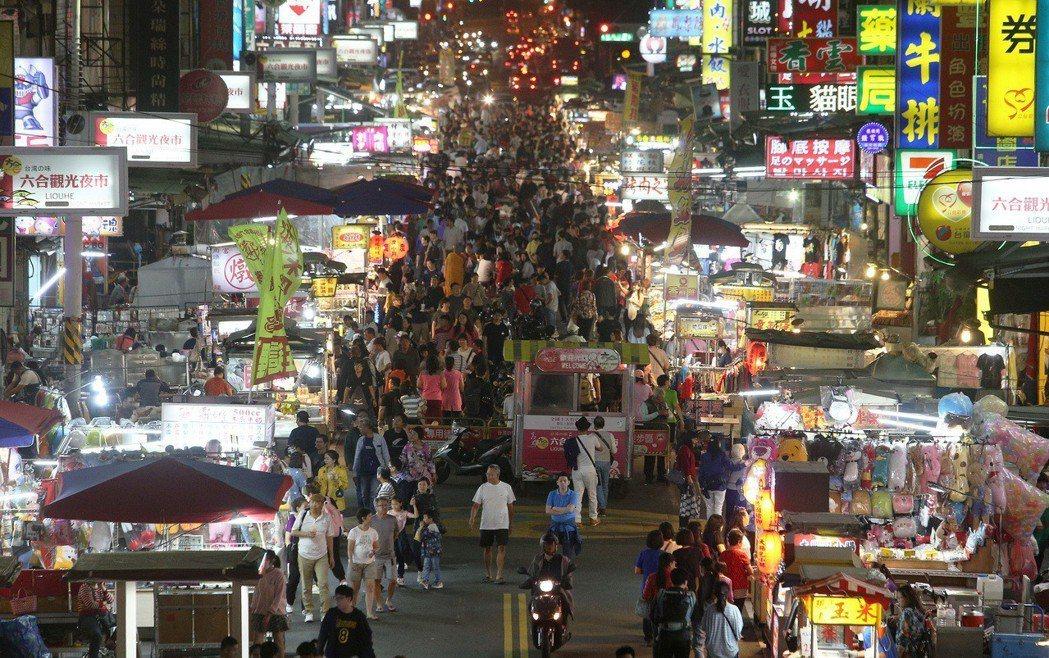 韓國瑜當選後各行各業都嗅到景氣回溫的訊息,高雄六合夜市最近人潮變多,商家生意也開...