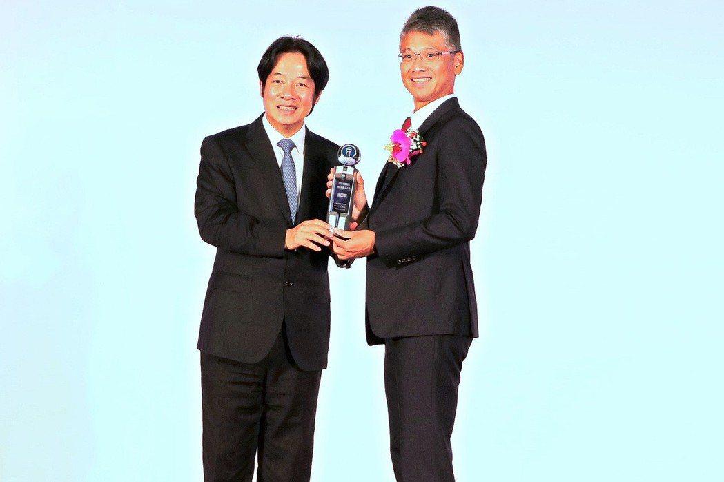 網擎資訊執行長廖長健(右)從行政院長賴清德手中接獲107年資訊月傑出資訊人才獎。...