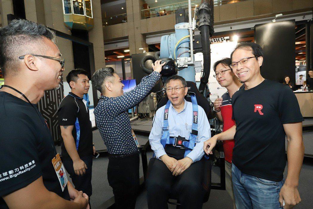 臺北市長柯文哲坐上嵌入機械手臂的飛行座艙,體驗VR飛行情境。 彭子豪/攝影