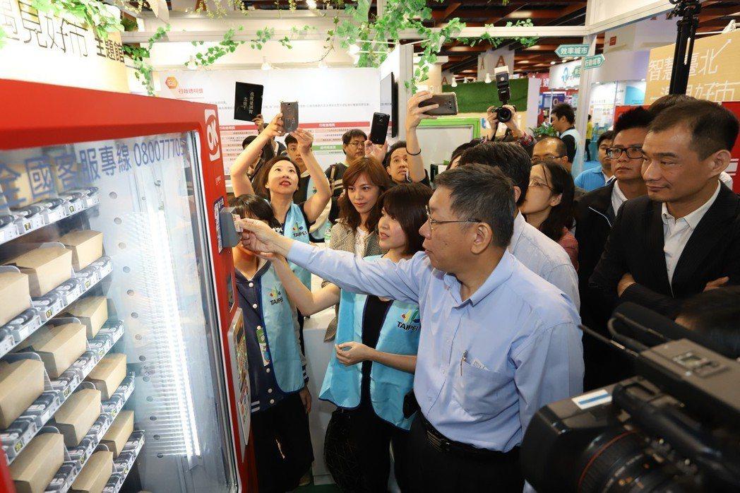 臺北市市長柯文哲現場體驗無現金支付自動販賣機。 彭子豪/攝影