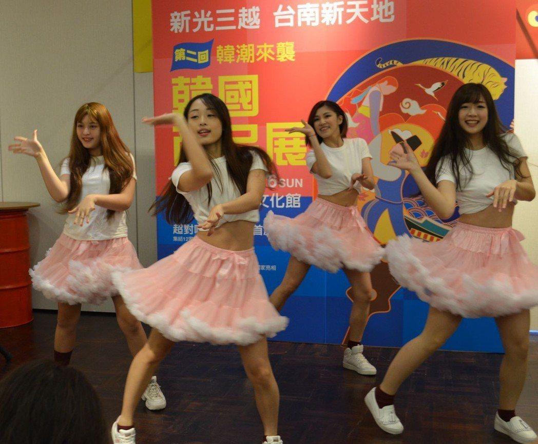 少女舞蹈團體為韓國商品展熱場。  陳慧明 攝影