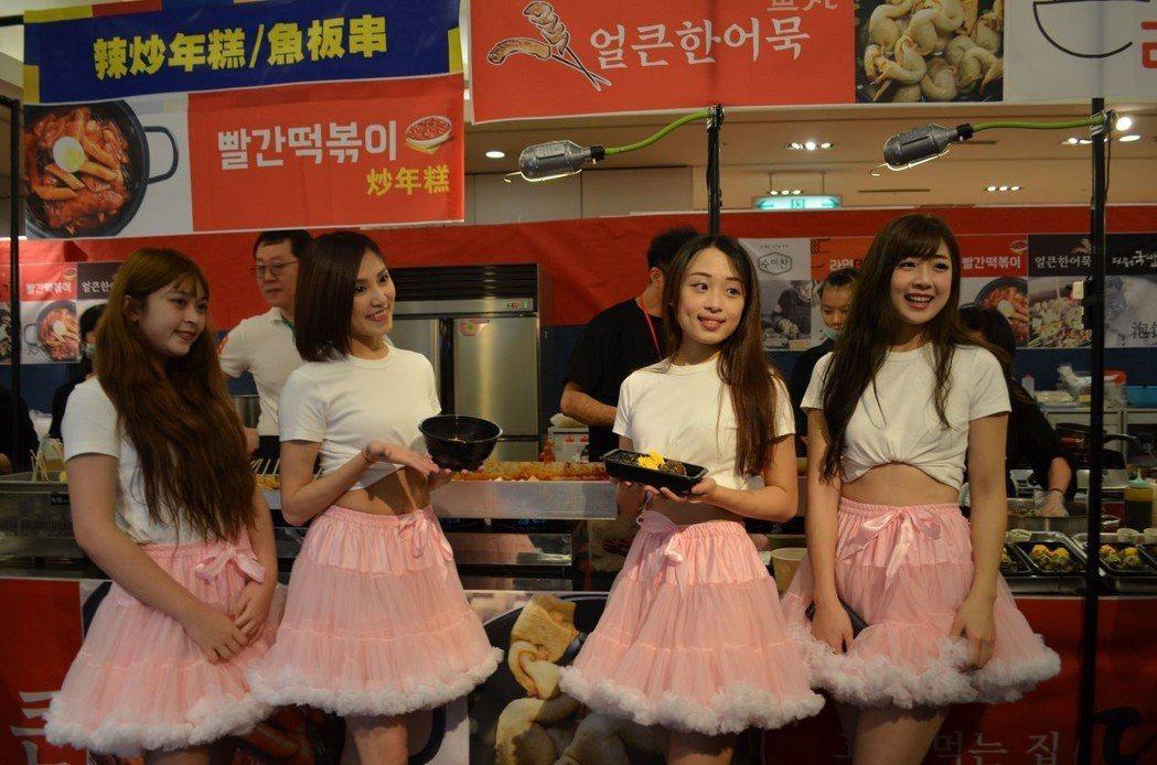 美少女推介韓國美食。  陳慧明 攝影