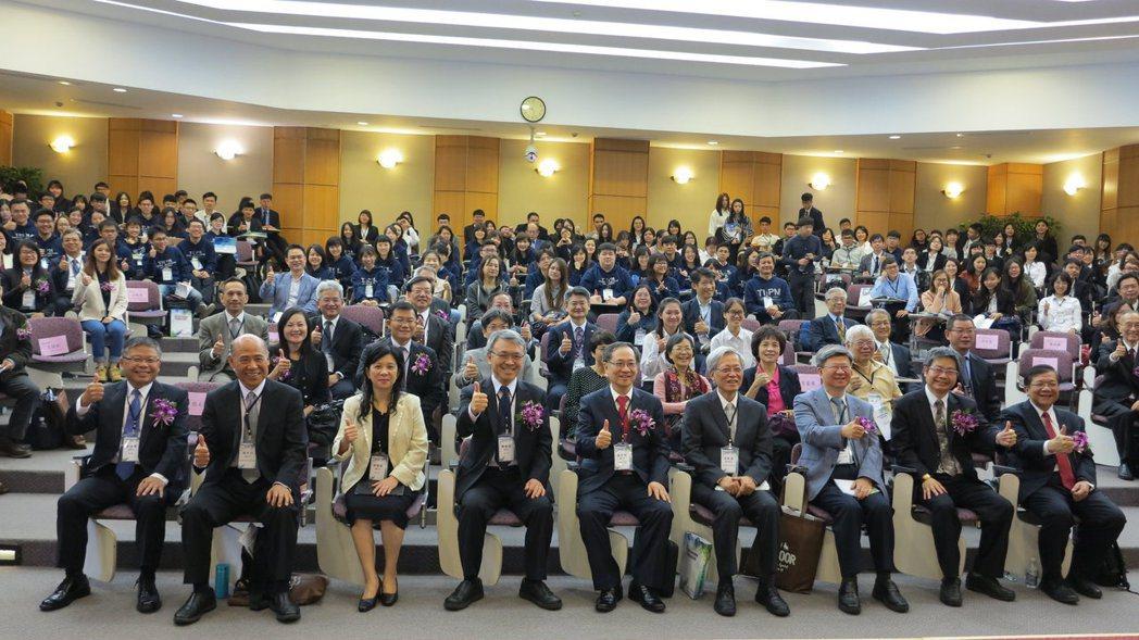 「中華民國科技管理學會年會暨論文研討會」,產官學研專家學者近500人出席此盛會。...