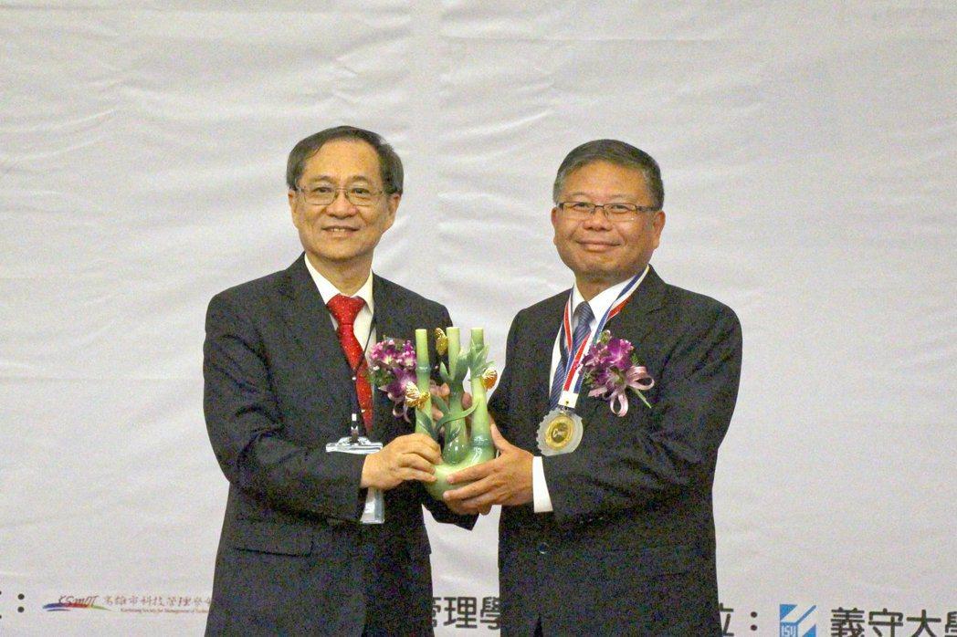 國防部軍備副部長張冠群(右)榮獲「第二十屆科技管理獎」個人獎,由「中華民國科技管...