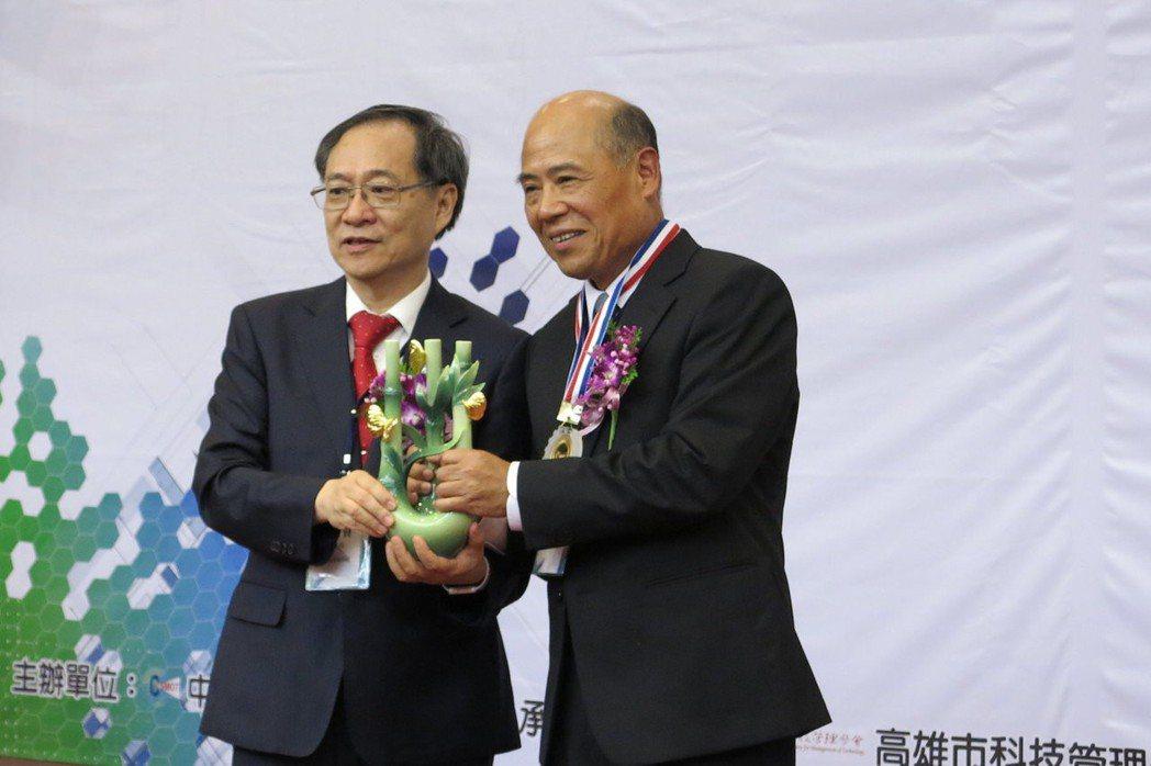 遠通電收公司總經理張永昌(右)獲頒「第二十屆科技管理獎」個人獎。 圖/義守大學提...