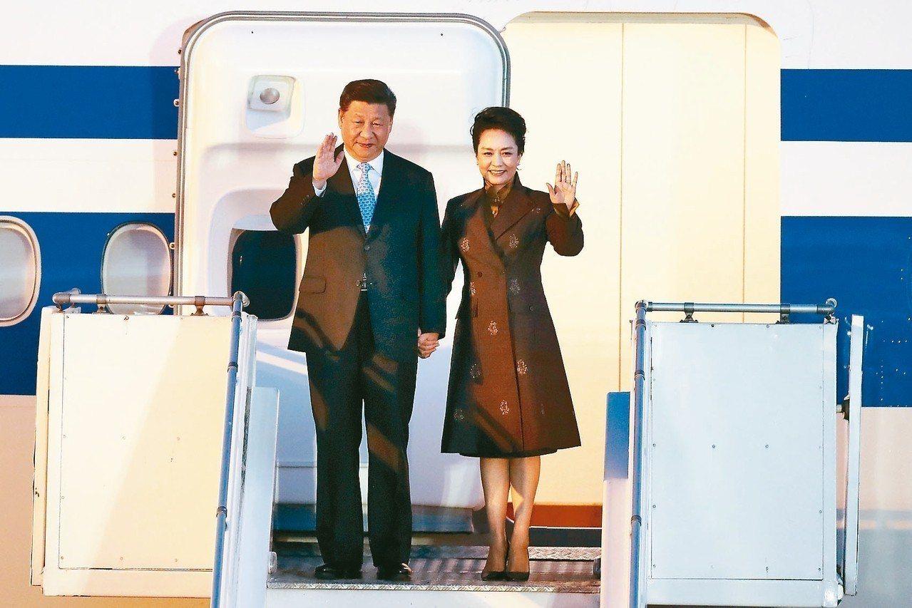 美國總統川普夫婦及中國大陸國家主席習近平夫婦29日抵達阿根廷首都布宜諾斯艾利斯參...