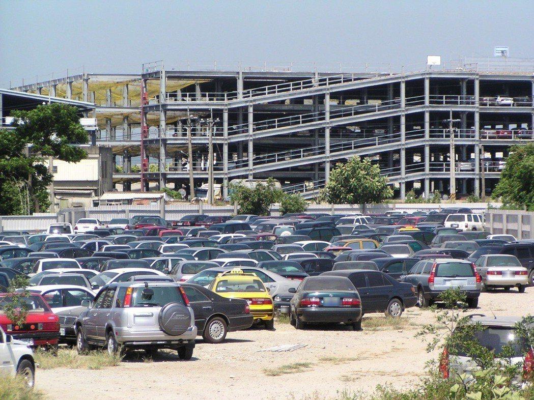 到農曆春節出國高峰期,桃園機場周邊停車幾乎場場爆滿。 聯合報系資料照片/記者潘欣...