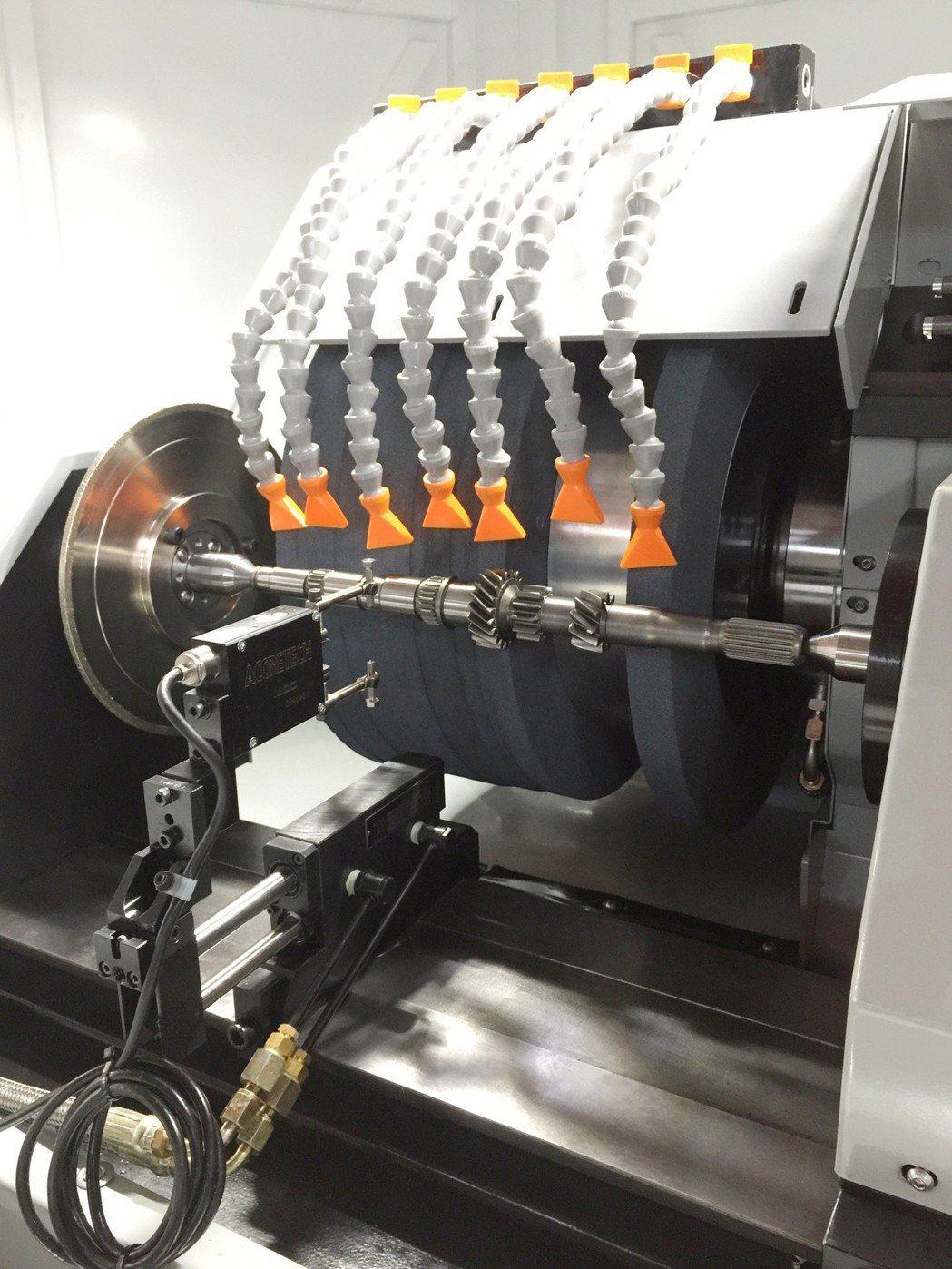 全鑫精密成型研磨搭配鑽石滾輪修砂器。 全鑫精密/提供