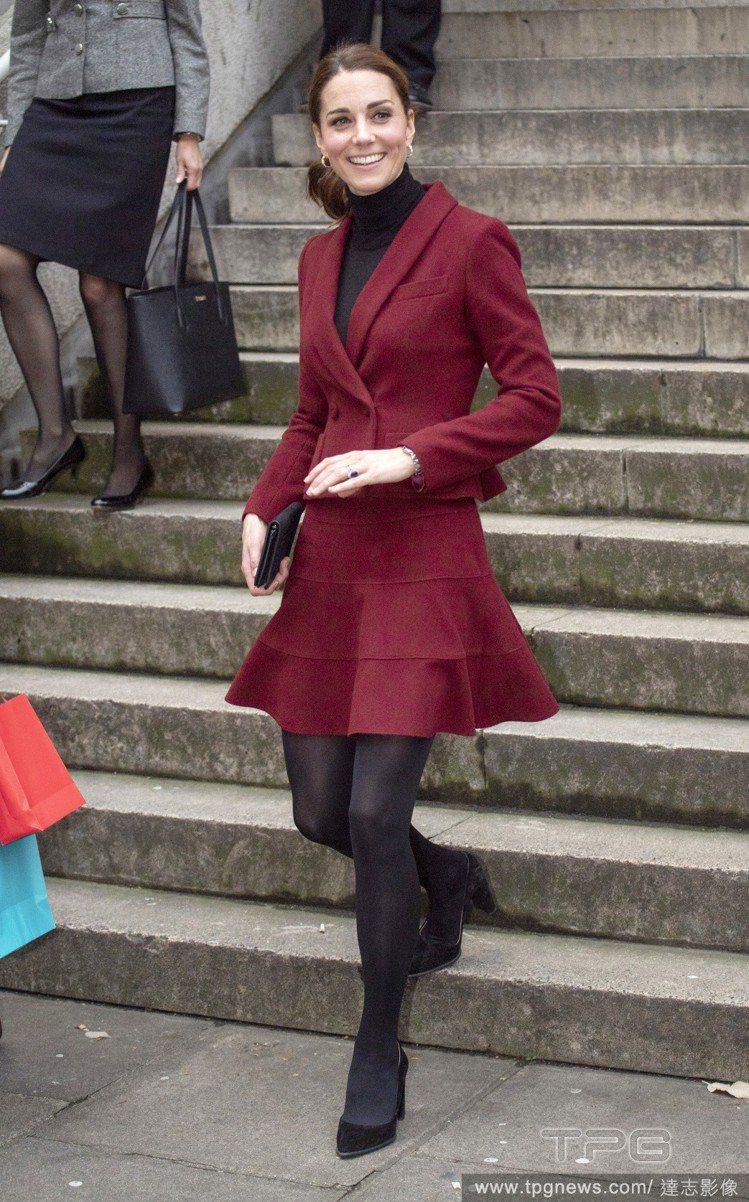 Paule Ka酒紅色套裝。圖/達志影像