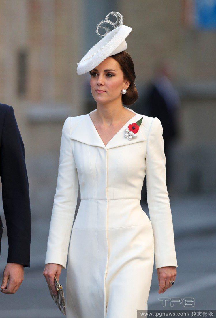 Alexander McQueen 白色洋裝相當雅緻。圖/達志影像