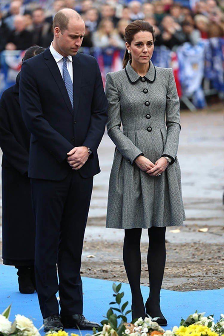 凱特王妃穿Catherine Walker灰色襯衫領洋裝。圖/擷自helloma...