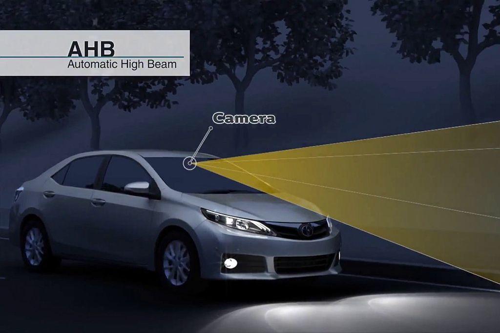 AHB智慧型遠光燈自動切換系統,能在夜晚大燈開啟時自動調節遠光燈,有助於駕駛提早...