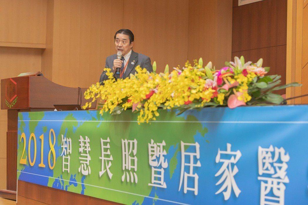 東京藥大常務理事松本有右說明日本藥局調劑系統及未來藥局形象。 嘉藥/提供