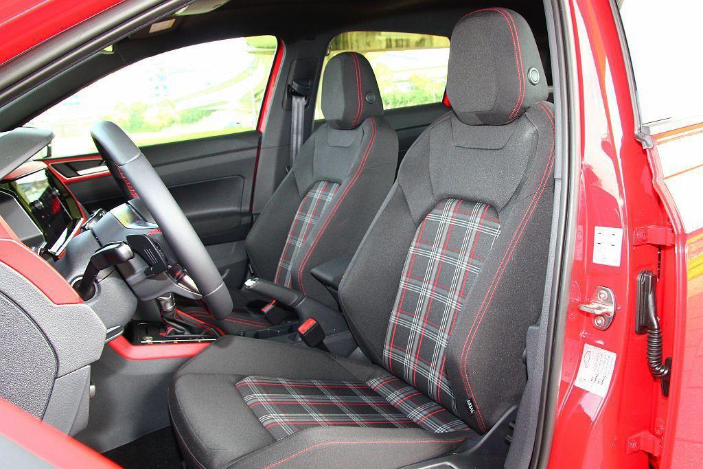 福斯GTI車款內裝最令人印象深刻的就是菱格紋運動座椅。 記者張振群/攝影