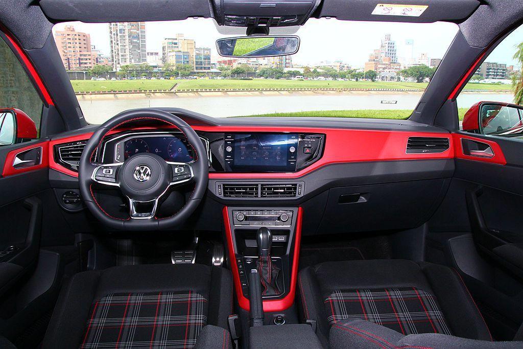 福斯Polo GTI車艙,除採用新式年輕化飾板鋪陳,還有滿滿的「GTI」特有元素...