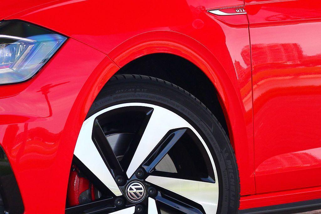 福斯Polo GTI換上專屬運動化懸吊系統並降低車身15mm。 記者張振群/攝影