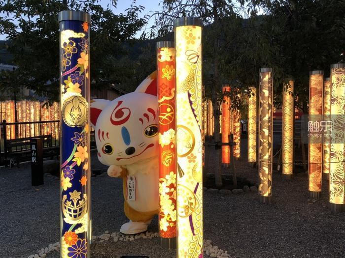 嵐電嵐山車站的一大特色是展示了許多傳統紋樣的布料裝飾,其中也有《刀劍亂舞》主題。
