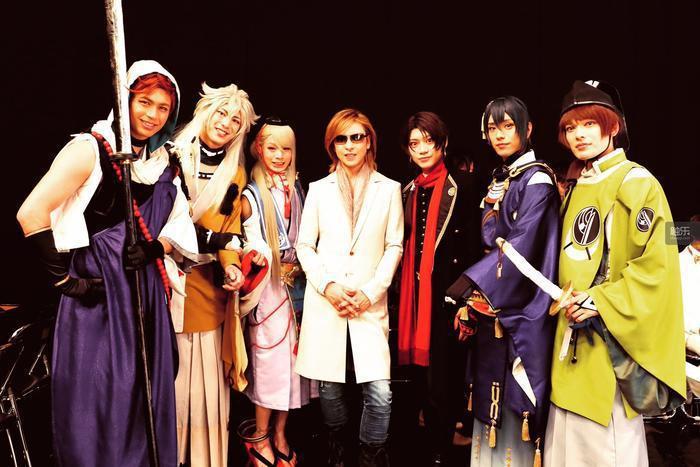 是的你沒看錯,中間那個人是Yoshiki……
