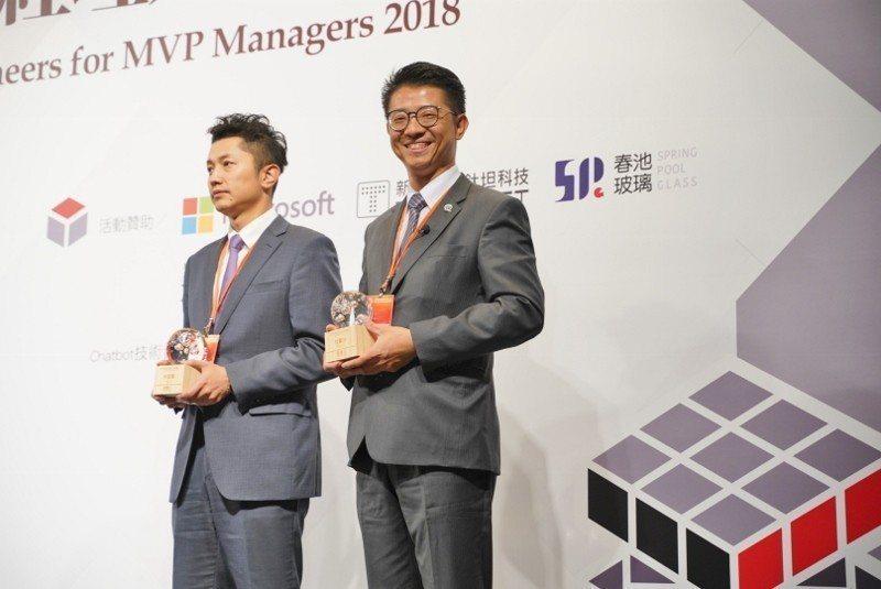 杜蒼林(右)11月30日到台北參加「MVP經理人榮耀分享會」,上台領獎。 華剛茶...