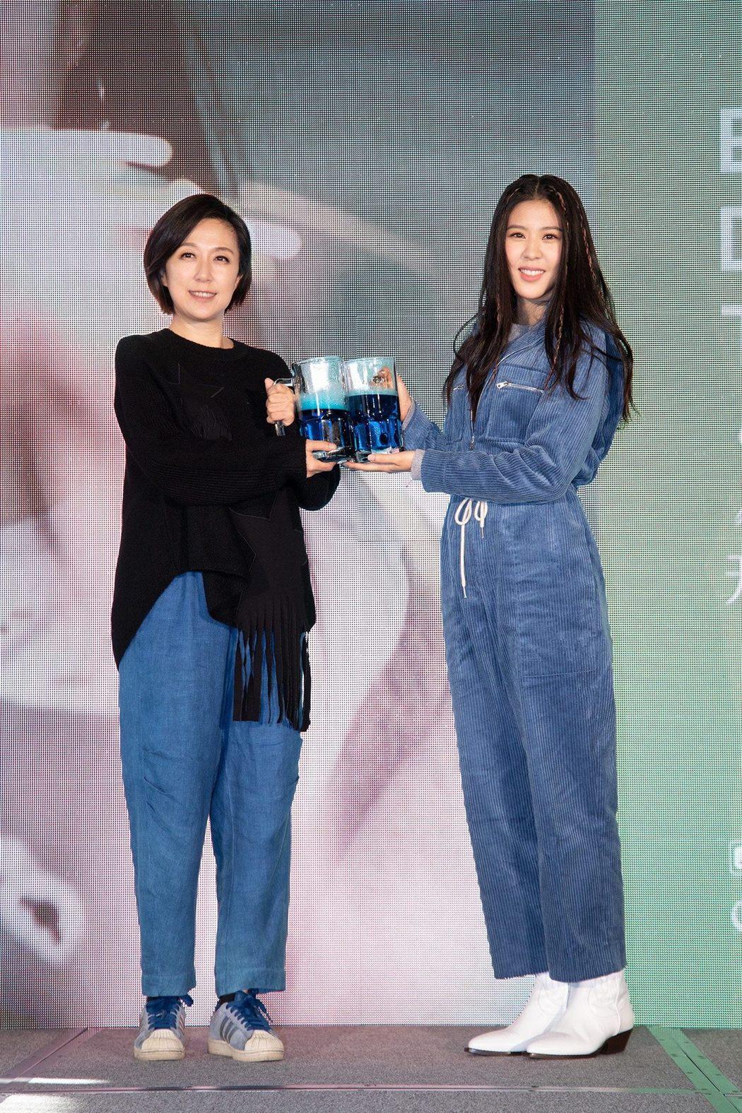 專輯製作人黃韻玲(左)替Erika打氣。圖/華納提供