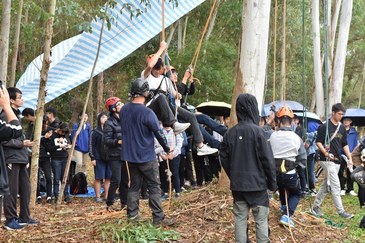 建景系舉辦攀樹體驗,邀請攀樹師現場指導,學生探索大自然。圖/南華大學提供