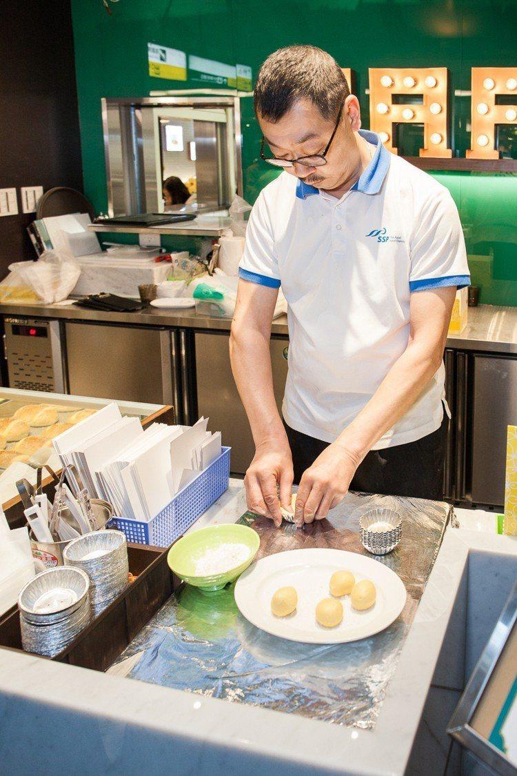 行政主廚示範蛋撻製作過程。圖/泰昌餅家提供