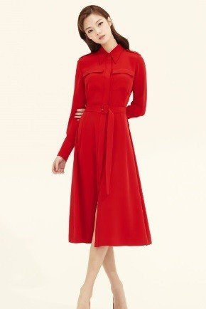 avouavou紅色絲綢洋裝,售價89萬9,000韓圓;約折合台幣24,580元...