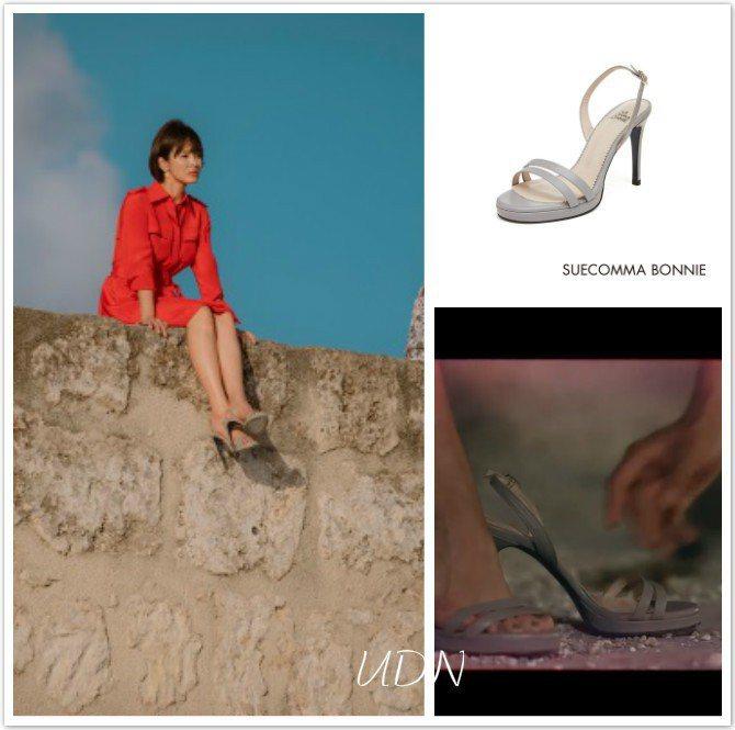 宋慧喬在牆墩上穿著命運的Suecomma Bonnie跟鞋,售價32萬8000韓...