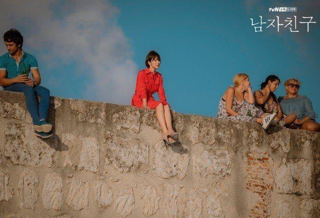 宋慧喬與朴寶劍相遇的場景。圖/截自tvN官網