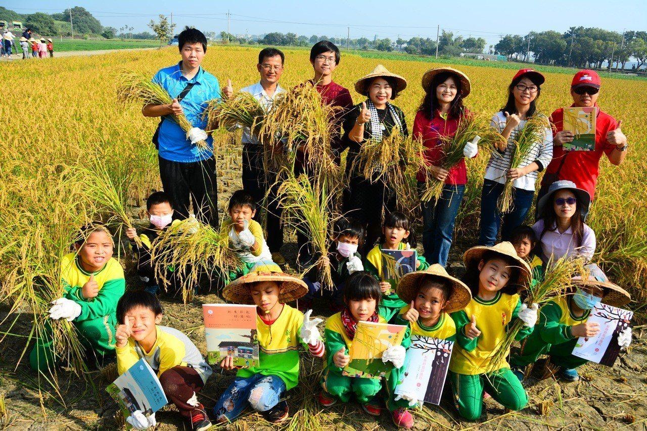 台南市後壁區新東國小今天舉辦校慶米收割暨校本課程教材發表會。記者吳淑玲/攝影