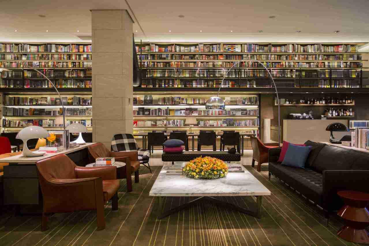 位於「台灣台北」的「誠品行旅酒店」在飯店入口處以一巨幅書牆,象徵著承襲「誠品書店...