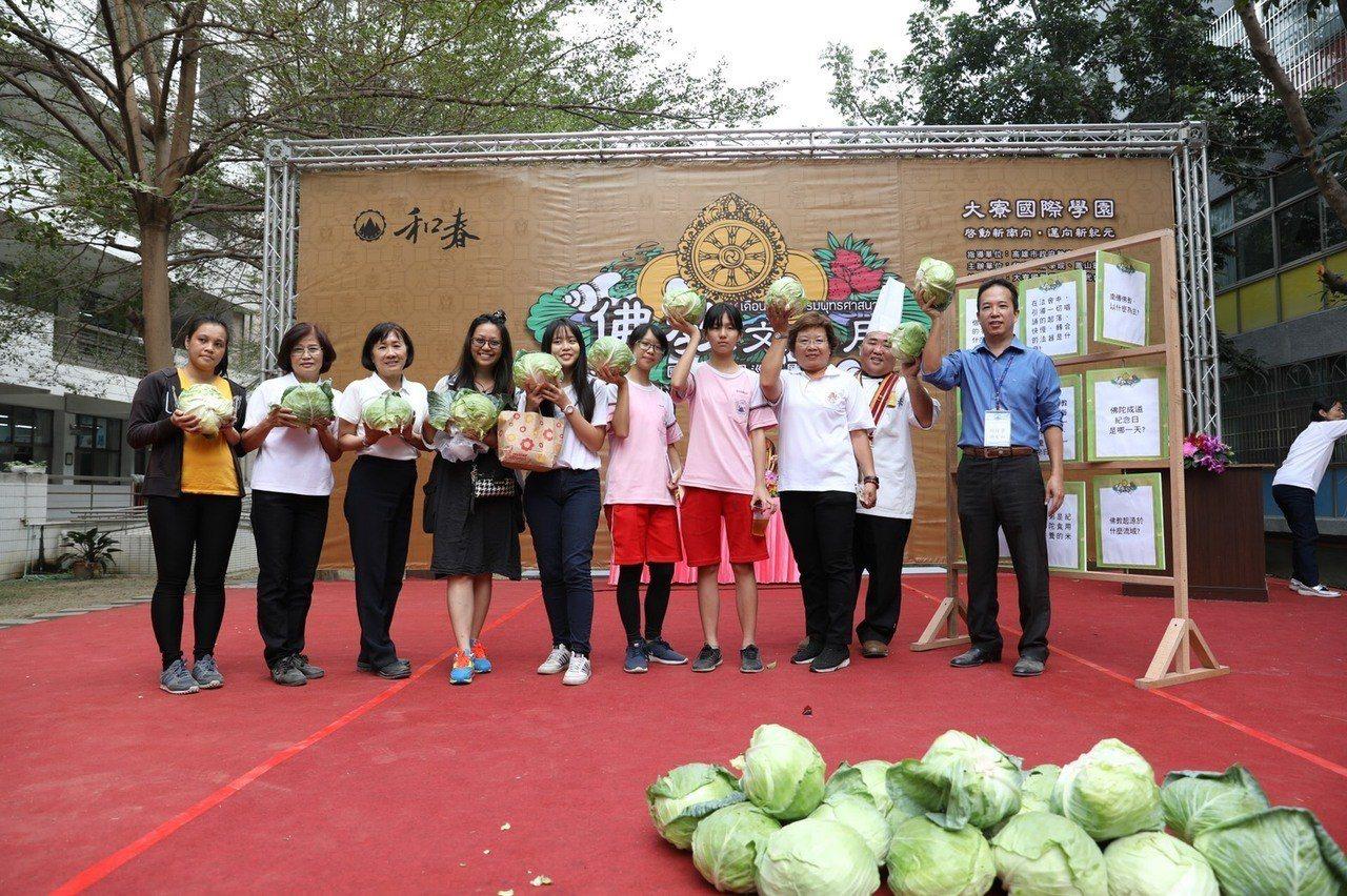 為幫助菜農,現場也準備100顆高麗菜,舉辦有獎徵答與蔬食飲食品嚐大會。記者徐如宜...