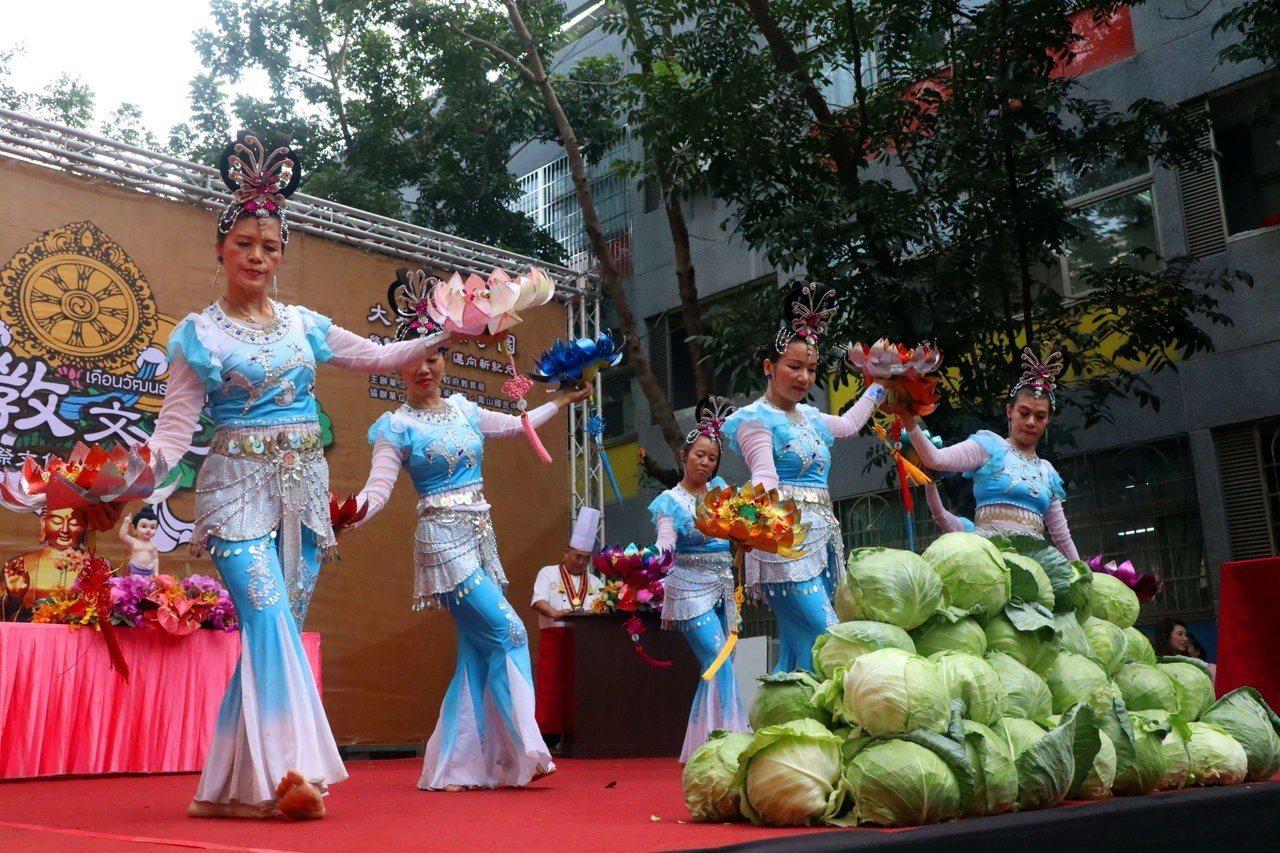 佛光山人間大學鳳山分校演出敦煌舞,為新南向國佛教文化月揭幕。記者徐如宜/攝影