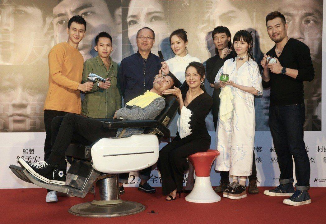 榮獲本屆金馬獎三項提名的懸疑推理國片「小美」舉行試片記者會,導演黃榮昇(前左)、...