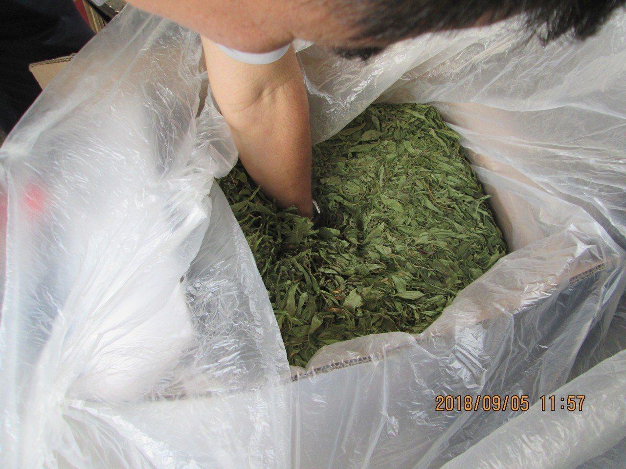 警方到倉庫落地檢查,深入追查每一箱中藥材。記者劉星君/翻攝