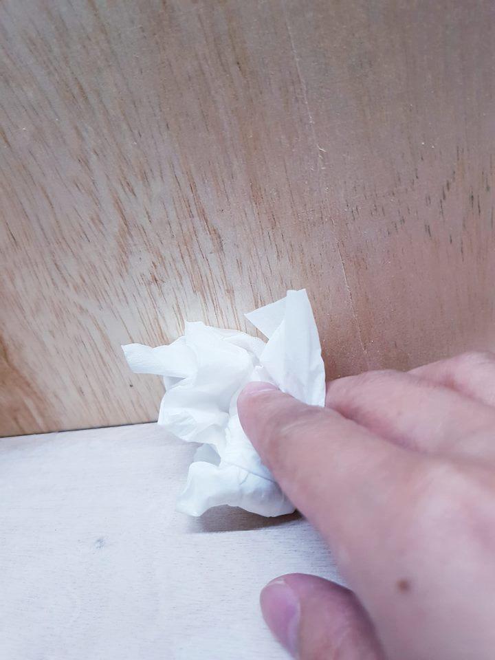黃子佼哭完還搞笑拍自己用過的衛生紙。圖/黃子佼臉書