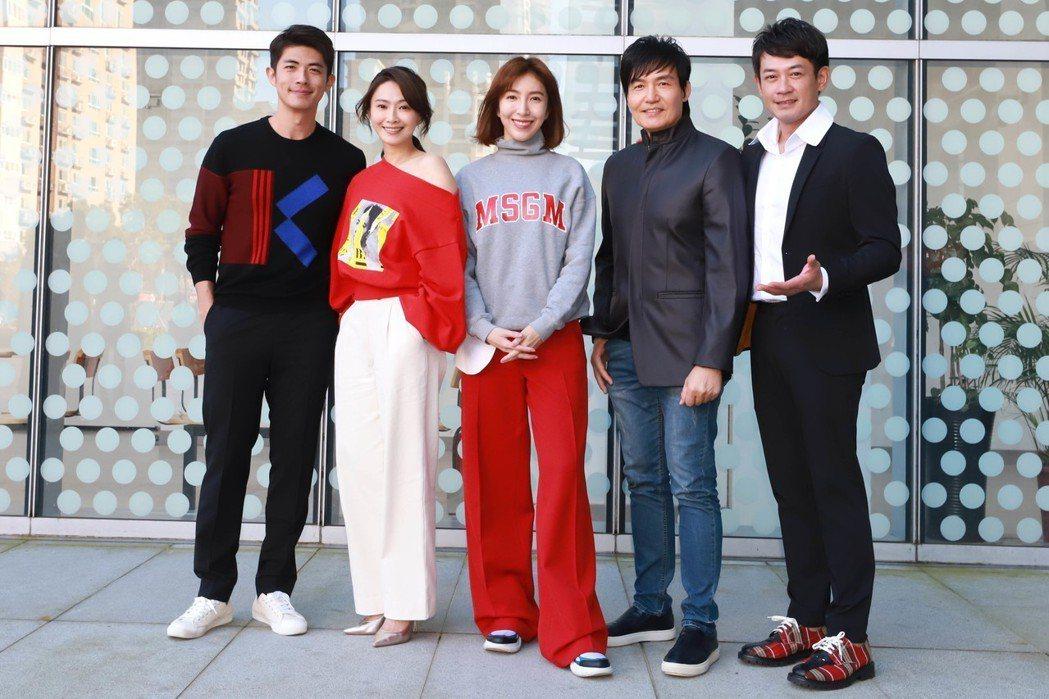 柯叔元(右起)、霍正奇、楊謹華、侯怡君、梁正群出席「鏡子森林」開鏡儀式。圖/民視...