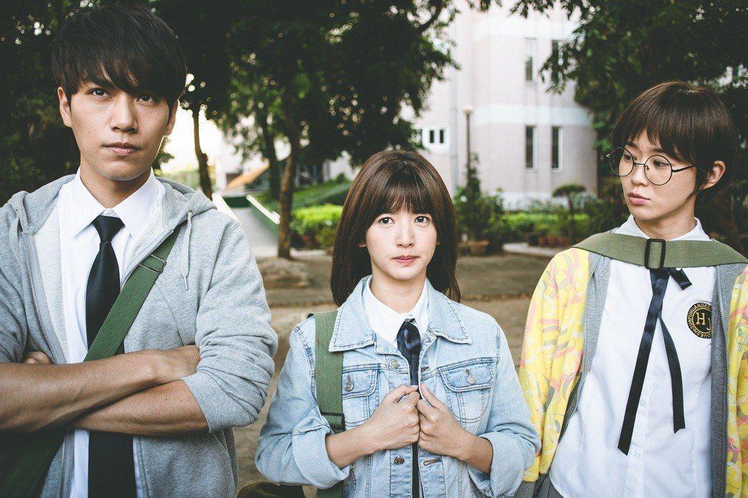 鍾瑶(右起)、臧芮軒、林子閎在戲中集體翻牆翹課。圖/東森提供