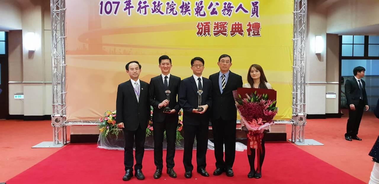 廉政署廉政官林楊斌(左二)獲頒模範公務員,圖左為廉政署主秘曾昭愷。圖/北檢提供