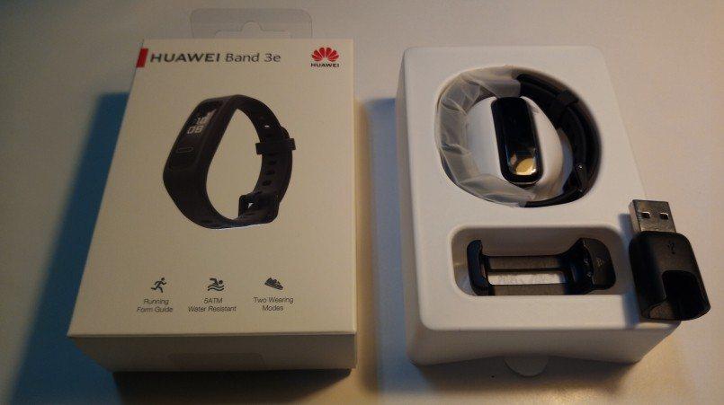 HUAWEI 的 Band 3e 運動手環,手環、跑鞋夾,和充電器。