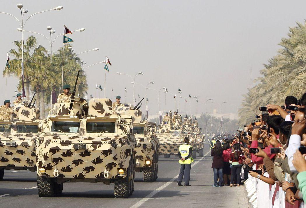 卡達國防實力快速成長,圖為國慶閱兵。 (路透)